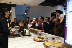 President Jokowi stops by co-working space in cooperation between UGM and Bank Mandiri, at the UGM campus in Yogyakarta on Tuesday (19/12) afternoon. (Photo: Fitri/PR)