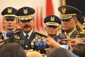 Panglima TNI Marsekal Hadi Tjahjanto menjawab wartawan usai dilantik oleh Presiden Joko Widodo, di Istana Negara, Jakarta, Jumat (8/12) sore. (Foto: Humas/Deni)