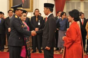 Presiden Jokowi memberikan selamat kepada Marsekal Hadi Tjahjanto usai dilantik menjadi Panglima TNI di Istana Negara, Jakarta, Jumat (8/12) sore. (Foto: Humas/Deni).