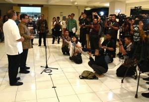 Seskab bersama Menpar menyampaikan lewat konferensi pers di Wisma Diklat Kementerian Pekerjaan Umum dan Perumahan Rakyat Werdhapura, Sanur, Bali, Jumat (22/12) malam. (Foto: Humas/Rahmat)