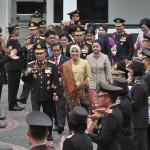 Seskab Pramono Anung beserta penerima anugerah Bintang Bhayangkara Utama dikawal Kapolri dan Wakapolri memasuki auditorium PTIK, Jakarta, Rabu (13/12) pagi. (Foto: JAY/Humas)