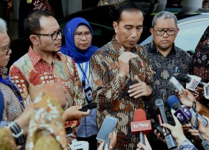 Presiden Jokowi menjawab perrtanyaan wartawai usai menghadiri acara penyerahan Sertifikat Kompetensi Pemagangan kepada peserta program pemagangan di Balai Besar Pengembangan Latihan Kerja (BBPLK) Bekasi, Jawa Barat, Rabu (27/12) siang. (Foto: Rahmat/Humas)