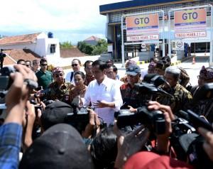 Presiden Jokowi menjawab wartawan usai meresmikan Jalan Tol Soreang-Pasir Koja, di Soreang, Bandung, Senin (4/12) siang. (Foto: Setpres)