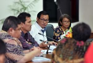 Seskab dan MenpanRB dalam acara Exit Meeting Evaluasi Sistem Akuntabilitas Kinerja Instansi Pemerintah dan Reformasi Birokrasi (SAKIP) di Ruang Rapat Lantai 4 Gedung III Kemensetneg, Jakarta, Kamis (21/12). (Foto: Humas/Agung).