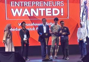 Presiden Jokowi berbincang dengan anak-anak muda dalam acara 'Enterpreneurs Wanted' di Gedung Sabuga, Kampus ITB Bandung, Senin (18/12) pagi. (Foto: JAY/Humas)