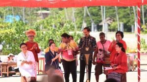 Presiden Jokowi bersama para menteri perempuan Kabinet Kerja pada Puncak Peringatan Hari Ibu ke-89 , di Raja Ampat, Papua Barat, Jumat (22/12) pagi. (Foto: IST)