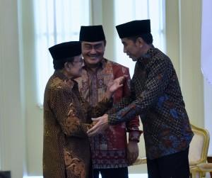 Presiden Jokowi sebelum menghadiri acara pembukaan Silaturahmi Kerja Nasional ICMI, di Istana Kepresidenan Bogor, Jawa Barat, Jumat (8/12). (Foto: Humas/Rahmat).