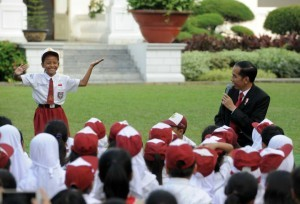 President Jokowi becomes a story teller on Love Reading event to celebrate National Book Day, at the central courtyard of the Merdeka Palace, Jakarta, on Wednesday (17/5) (Photo:PR/Jay)