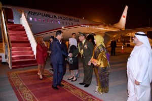 Presiden Jokowi usai mengikuti rangkaian acara KTT Luar Biasa OKI di Istanbul, Turki. (Foto: BPMI)