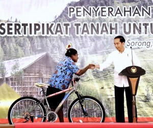 Presiden Jokowi dalam acara penyerahan sertifikat kepada masyarakat di Gedung Aimas Convention Center, Kabupaten Sorong, Rabu (20/12). (Foto: BPMI)