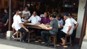 Presiden Jokowi bersama para menteri Kabinet Kerja bercengkrama di warung sekitar Pantai Kuta, Bali, Jumat (22/12). (Foto: Humaspro Setkab)