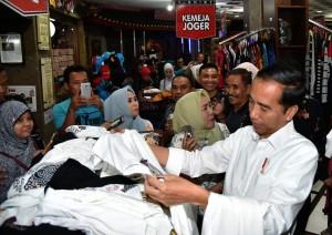 Presiden Jokowi sebelum menuju Bandara Ngurah Rai singgah terlebih dahulu di pusat penjualan kaos di Bali, Sabtu (23/12). (Foto: BPMI)