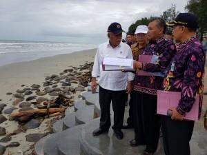 Menteri PUPR saat meninjau infrastruktur di Bengkulu, Sabtu (23/12).