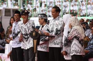 Presiden Jokowi saat berikan sambutan di Stadion Patriot Chandrabaga, Bekasi, Sabtu (2/12). (Foto: Humas/Jay)