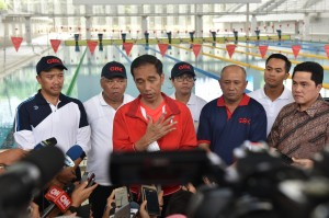 Presiden Jokowi menjawab pertanyaan wartawan usai meresmikan 4 venue yang akan digunakan dalam Asian Games 2018 di kawasan Gelora Bung Karno, Sabtu (2/12). (Foto: Humas/Jay).
