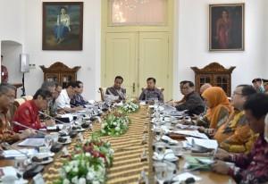 Presiden Jokowi saat memimpin Rapat Terbatas dengan Topik Evaluasi Pelaksanaan Program Beras Sejahtera (Rastra) dan Program Bantuan Pangan Non Tunai, di Istana Kepresidenan Bogor, Jawa Barat, Selasa (5/12). (Foto: Humas/Agung)