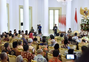 Presiden Jokowi saat memberikan sambutan pada penyerahan DIPA dan Buku Daftar Alokasi Transfer ke Daerah dan Dana Desa Tahun 2018 di Ruang Garuda Istana Kepresidenan Bogor, Rabu (6/12). (Foto: Humas/Agung)