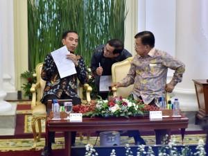 Presiden bersama Wapres dan Seskab sebelum Sidang Kabinet Paripurna di Istana Kepresidenan Bogor, Jawa Barat, Rabu (6/12). (Foto: Humas/Agung)