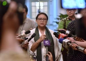 Menlu menjawab pertanyaan wartawan usai mengikuti Sidang Kabinet Paripurna di Istana Kepresidenan Bogor, Jawa Barat, Rabu (6/12). (Foto: Humas/Agung)