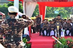 Presiden Jokowi saat menjadi Inspektur Upacara dalam Apel Kebangsaan FKKPI Tahun 2017, di Silang Monas, Jakarta Pusat, Sabtu (9/12). (Foto: Humas/Agung).