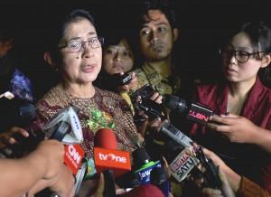 Menkes menjawab pertanyaan wartawan usai mengikuti Rapat Terbatas tentang Penanggulangan Kejadian Luar Biasa (KLB) Difteri di Istana Kepresidenan Bogor, Rabu (27/12). (Foto: Humas/Agung)