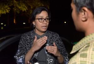 Menkeu menjawab pertanyaan wartawan usai mengikuti Ratas tentang Tindak Lanjut dari Program Dana Abadi Pendidikan, di Istana Kepresidenan Bogor, Rabu (27/12) malam. (Foto: Humas/Agung)