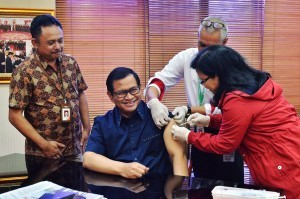 Cabinet Secretary Pramono Anung gets diphteria vaccine in his office, at Building III Ministry of State Secretariat, Jakarta, on Thursday (21/12) morning (Photo: Agung/ PR)