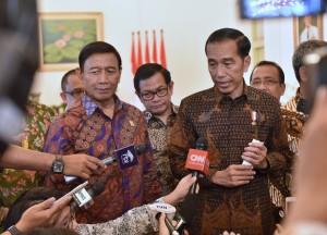 Presiden Jokowi didampingi sejumlah menteri menjawab wartawan di Istana Kepresidenan Bogor, Jabar, Rabu (7/12) siang. (Foto: Rahmat/Humas)