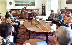 Presiden Jokowi didampingi sejumlah pejabat menerima pengurus DAI yang dipimpin Ketua Umumnya Hendrisman Rahim, di Istana Kepresidenan Bogor, Jawa Barat, Kamis (7/12) siang. (Foto: Rahmat/Humas)