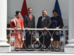 Presiden Jokowi didampingi Ibu Negara Iriana Jokowi menerima Kunjungan Presiden Republik Nauru Baron Divavesi Waqa yang didampingi istrinya Louisa Waqa, di Istana Kepresidenan Bogor, Jawa Barat, Jumat (8/12) pagi. (Foto: Rahmat/Humas)