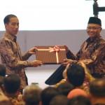 Presiden Jokowi menerima password e-LHKPN dari Ketua KPK Agus Rahardjo, pada Peresmian Pembukaan Konferensi Nasional Pemberantasan Korupsi Ke-12 serta Peluncuran Aplikasi e-LHKPN, di ruang Birawa Hotel Bidakara, Jakarta, Senin (11/12) pagi. (Foto: OZI/Humas)