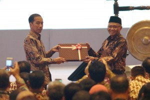 President Jokowi symbolically receives a password for e-LHKPN from Chairman of the Corruption Eradication Commission (KPK) Agus Rahardj at the Opening of the 12th Corruption Eradication National Conference as well as the Launching of e-LHKPN App at Bidakara Hotel, Pancoran, Tebet, South Jakarta, Monday (11/12). (Photo by: Ozi/Public Relations Division)
