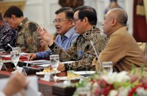 Suasana Rapat Terbatas tentang Persiapan Natal dan Tahun Baru, di Istana Merdeka, Jakarta, Senin (18/12) sore. (Foto: Humas/Rahmat)