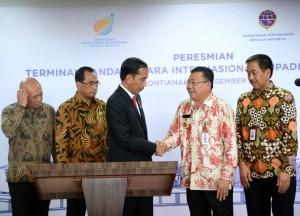 Presiden Jokowi menyalami Gubernur Kalbar Cornelis usai meresmikan Terminal Baru Bandara Internasional Supadio, Kamis (28/12) siang. (Foto: Setpres)