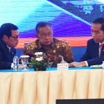 Presiden Jokowi berdiskusi dengan Menko Perekonomian dan Seskab saat menghadiri acara di Puri Agung Convention Hall, Hotel Grand Sahid Jaya, Jakarta Pusat, Selasa (12/12). (Foto: Humas/Rahmat).