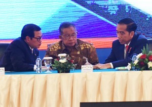 President Jokowi has a discussion with Coordinating Minister for the Economy and Cabinet Secretary in an event at Puri Agung Convention Hall, Grand Sahid Jaya Hotel, Central Jakarta, on Tuesday (12/12) (Photo: PR/Rahmat)