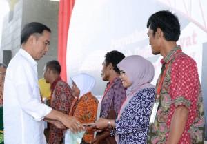 Presiden Jokowi secara simbolis menyerahkan sertifikan kepada perwakilan warga dalam penyerahan 10.000 sertifikat, di Dome Bale Rame, Soreang, Kabupaten Bandung, Jawa Barat, Senin (4/12) pagi. (Foto: Setpres)