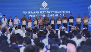 Presiden Jokowi berfoto bersama penerima Sertifikat Kompetensi Pemagangan, di Balai Besar Pengembangan Latihan Kerja (BBPLK) Bekasi, Jawa Barat, Rabu (27/12) siang. (Foto: Rahmat/Humas)