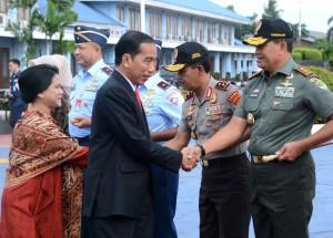 Presiden Jokowi dan Ibu Negara Iriana bersiap melakukan kunjungan kerja ke Bandung dan Pontinak melalui Pangkalan TNI AU Halim Perdanaksuma, Jakarta, Kamis (28/12) pagi. (Foto: Setpres)
