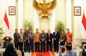 """Deputy Minister of Foreign Affairs accompanied by Special Envoy of Indonesian President Eddy Pratomo pose for a group photo with the speakers of """"International Symposium to Commemorate 60th Year of Djuand Declaration"""", at Pancasila Building, Ministry of Foreign Affairs, Wednesday (13/12) morning. (Photo: Rahmat/PR)"""