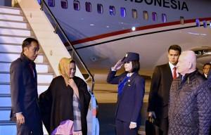 Presiden Jokowi dan Ibu Negara Iriana Joko Widodo saat tiba di Bandar Udara Internasional Atatürk, Istanbul, Turki, Selasa (12/12), pukul 21.54 waktu setempat (WS) atau Rabu (13/12) dini hari WIB. (Foto: Setpres)