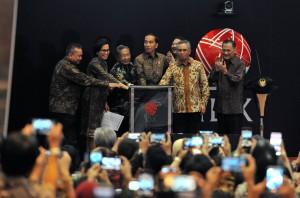 Presiden Jokowi saat menutup Perdagangan Bursa Efek Indonesia Tahun 2017, di Main Hall Gedung Bursa Efek Indonesia (BEI), Jakarta, Jumat (29/12) sore. (Foto: Humas/Jay).