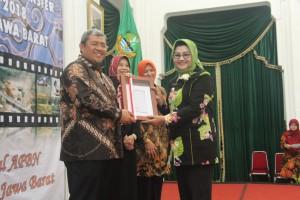 Gubernur Aher menyerah DIPA kepada Bupati Subang yang berlangsung di Aula Barat Gedung Sate, Bandung Wetan, Kota Bandung, Selasa (19/12).
