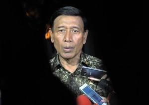 Menko Polhukam usai mengikuti Rapat Terbatas tentang Persiapan Natal dan Tahun Baru, di Istana Merdeka, Jakarta, Senin (18/12) sore. (Foto: Humas/Rahmat)
