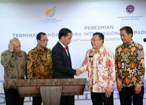 President Jokowi shakes hands with West Kalimantan Governor Cornelis after inaugurating a new terminal Supadio International Airport, Thursday (28/12). (Photo by: Presidential Secretariat)