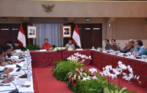 President Jokowi leads a Limited Meeting at Graha Wiksa Praniti, Center for Housing and Residency Research and Development of the Ministry of Public Works and Public Housing, Bandung, West Java, on Tuesday (15/1)