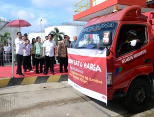 President Jokowi inaugurates One-Price Fuel Program in Pontianak, West Kalimantan, Friday (29/12). (Photo: Bureau of Press and Media)