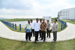 President Jokowi reviews the Sumatra Institute of Technology (Itera) campus in South Lampung, Sunday (21/1). (Photo: BPMI)