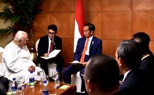 Presiden Jokowi menerima kunjungan kehormatan Pemimpin Oposisi Parlemen Sri Lanka Rajavarothiam Sampanthan di Hotel Hilton Colombo, Sri Lanka, Rabu (24/1). (Foto: BPMI)