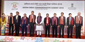 Presiden Jokowi berfoto bersama dengan kepala negara/pemerintahan dalam Sidang Pleno KTT Peringatan ASEAN-India yang digelar Kamis (25/1), di Hotel Taj Diplomatic Enclave, New Delhi, India. (Foto: BPMI)